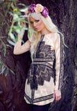 Schönes blondes Mädchen, das im Kleid aufwirft Lizenzfreie Stockfotos