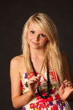 Schönes blondes Mädchen, das im Studio aufwirft Lizenzfreie Stockfotografie