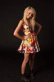 Schönes blondes Mädchen, das im Studio aufwirft Lizenzfreie Stockfotos