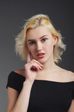 Schönes blondes Mädchen, das im Studio aufwirft Lizenzfreies Stockbild