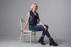 Schönes blondes Mädchen, das im Studio aufwirft Stockfotografie