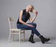 Schönes blondes Mädchen, das im Studio aufwirft Stockfotos