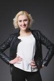 Schönes blondes Mädchen, das im Studio aufwirft Stockfoto