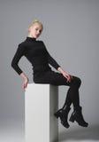 Schönes blondes Mädchen, das im Studio aufwirft Lizenzfreies Stockfoto