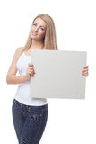 Schönes blondes Mädchen, das leeres Plakat hält Lizenzfreies Stockfoto