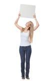 Schönes blondes Mädchen, das leeres Plakat hält Lizenzfreie Stockfotografie
