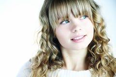 Schönes blondes Mädchen, das oben schaut Lizenzfreie Stockfotografie