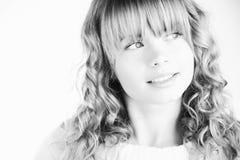 Schönes blondes Mädchen, das oben schaut Stockfotografie