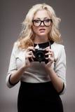 Blondes Mädchen mit tragenden Brillen der Kamera Lizenzfreies Stockfoto