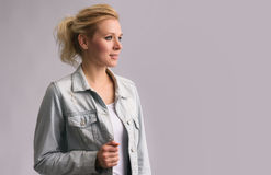 Schönes blondes Mädchen, das weg schaut Stockbilder