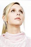 Schönes blondes Mädchen, das weg von der Kamera schaut Lizenzfreie Stockbilder