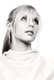 Schönes blondes Mädchen, das weg von der Kamera schaut Lizenzfreie Stockfotos
