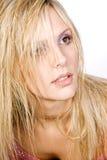 Schönes blondes Mädchen, das weg von der Kamera schaut Lizenzfreie Stockfotografie