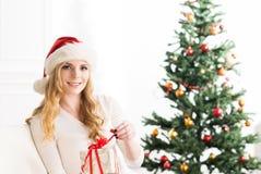 Schönes blondes Mädchen, das zu Hause Weihnachten feiert Lizenzfreie Stockfotografie