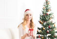 Schönes blondes Mädchen, das zu Hause Weihnachten feiert Lizenzfreies Stockbild