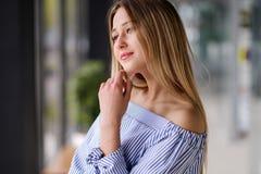 Schönes blondes Mädchen, das zuhause Porträt aufwirft lizenzfreie stockbilder
