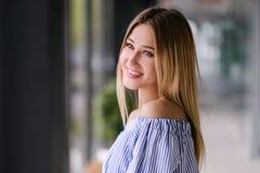 Schönes blondes Mädchen, das zuhause Porträt aufwirft lizenzfreie stockfotografie