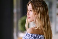 Schönes blondes Mädchen, das zuhause Porträt aufwirft lizenzfreies stockfoto