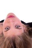 Schönes blondes Mädchen, das zurück zu der Kamera sich lehnt Lizenzfreie Stockbilder