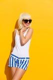Schönes blondes Mädchen in den Sonnenbrillen Lizenzfreies Stockfoto