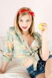 Schönes blondes Mädchen der jungen Frau, das Apfel hält Stockfoto
