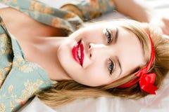 Schönes blondes Mädchen der jungen Frau des Pinup mit dem roten Lippenstift, der Kamera betrachtet Lizenzfreie Stockfotos