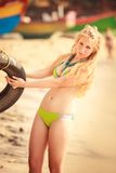 Schönes blondes Mädchen in der Schwimmenklage Stockfotos