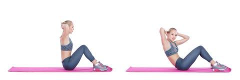Schönes blondes Mädchen in der Sportkleidung tut Übungen auf Eignung Matte auf weißem Hintergrund Stellen Sie Sammlung ein Lizenzfreies Stockbild