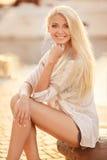 Schönes blondes Mädchen in der Straße der Stadt stockbilder