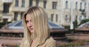 Schönes blondes Mädchen des Porträts in einem Stadtzentrum stock video