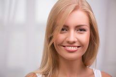 Schönes blondes Mädchen drückt verschiedene Gefühle aus Lizenzfreies Stockbild