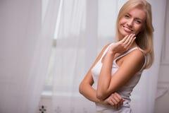 Schönes blondes Mädchen drückt verschiedene Gefühle aus Stockfotos