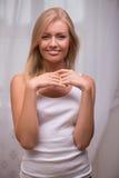 Schönes blondes Mädchen drückt verschiedene Gefühle aus Lizenzfreie Stockfotografie