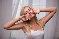 Schönes blondes Mädchen drückt verschiedene Gefühle aus Stockfoto