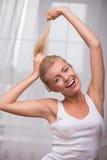 Schönes blondes Mädchen drückt verschiedene Gefühle aus Stockbild