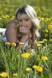Schönes blondes Mädchen draußen. Stockfotos