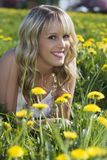 Schönes blondes Mädchen draußen Lizenzfreie Stockfotografie