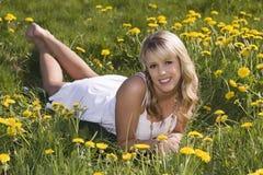 Schönes blondes Mädchen draußen Lizenzfreies Stockbild