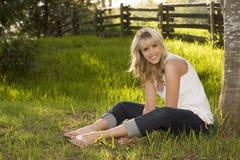 Schönes blondes Mädchen draußen Stockfotografie