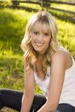 Schönes blondes Mädchen draußen Stockbilder