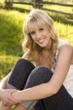 Schönes blondes Mädchen draußen Stockfoto