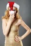 Schönes blondes Mädchen in einem Goldkleid und -hut bereit zu Christma Lizenzfreies Stockbild