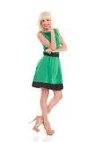 Schönes blondes Mädchen in einem grünen Kleid Lizenzfreies Stockfoto