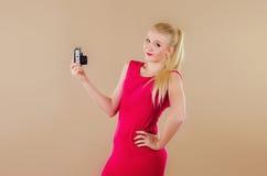 Schönes blondes Mädchen in einem hellen Kleid fotografierte sich Lizenzfreie Stockbilder