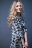 Schönes blondes Mädchen in einem Hemd mit einem hellen Make-up und einem losen Haar Vorbildliche Prüfungen Lizenzfreies Stockfoto