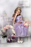 Schönes blondes Mädchen in einem Lavendelkleid Stockbild