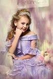 Schönes blondes Mädchen in einem Lavendelkleid Lizenzfreie Stockfotos