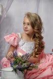 Schönes blondes Mädchen in einem rosa Kleid Lizenzfreie Stockfotos