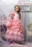 Schönes blondes Mädchen in einem rosa Kleid Stockbild