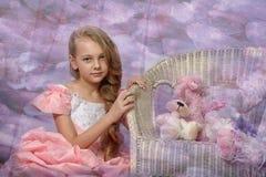 Schönes blondes Mädchen in einem rosa Kleid Stockbilder